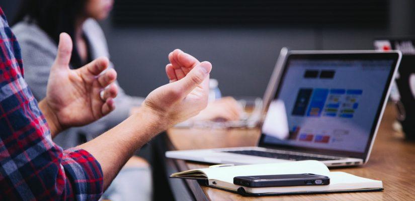 Réunion d'équipe à propos de l'implémentation d'un ERP en entreprise