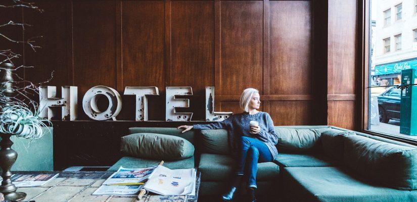 femme assise dans le salon d'un hôtel un tasse à la main