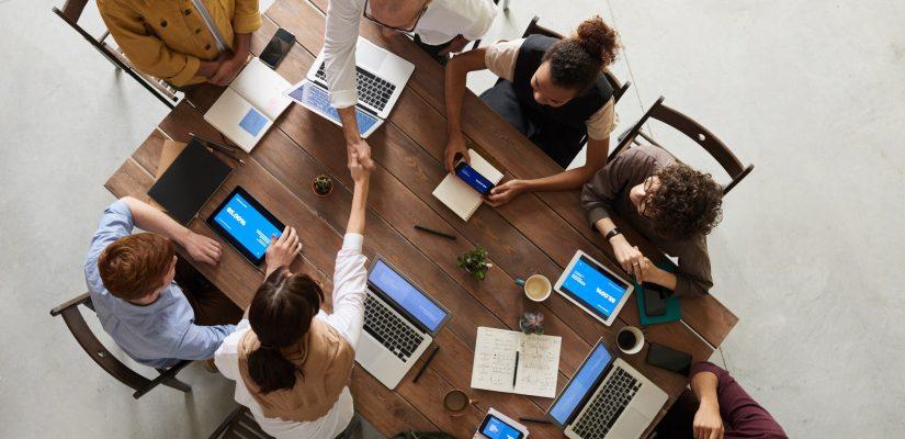 Collègues en pleine réunion de team building