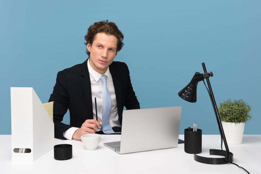 homme derrière son ordinateur